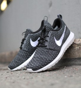 Nike_Flyknit_Rosherun_677243-010